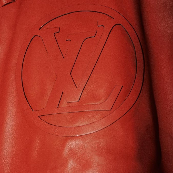 Drake-louis-vuitton-sigle-logo-rouge-veste